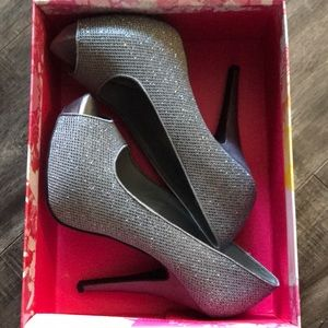 Chinese Laundry Size 9 silver heels